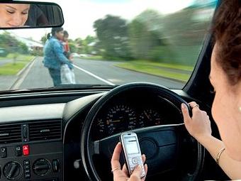 У британских водителей будут отбирать телефоны после ДТП