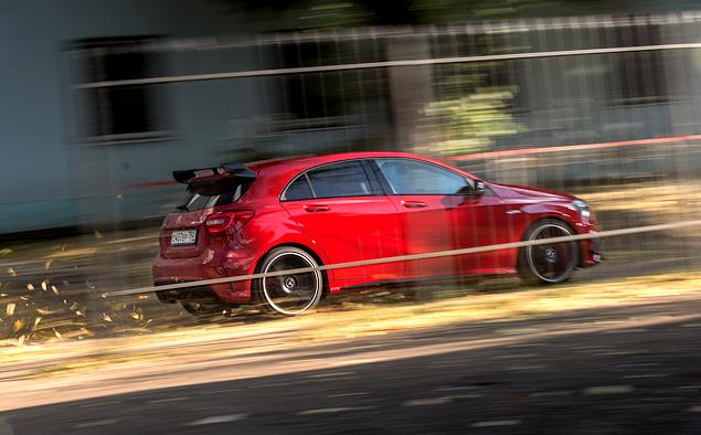 """Что взять: полноприводный хот-хэтч Mercedes A 45 AMG или """"заряженный"""" кроссовер Audi RS Q3?"""