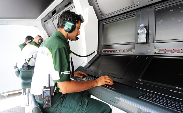 Кто управляет болидами Формулы-1 вместе с гонщиками. Фото 7