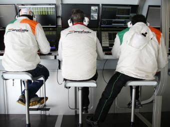 FIA смягчила запрет радиопереговоров команд Формулы-1