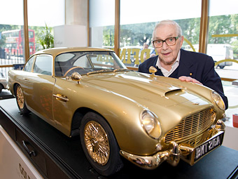 Золотую копию Aston Martin Джеймса Бонда продали на аукционе