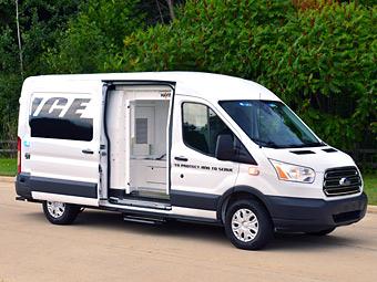 Ford приспособил фургон Transit для перевозки заключенных