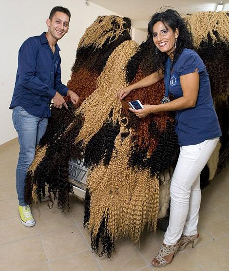 Хэтчбек Fiat 500 покрыли 120 килограммами человеческих волос