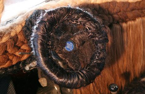 Хэтчбек Fiat 500 покрыли 120 килограммами человеческих волос. Фото 1