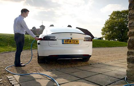 """В Великобритании создали бесплатную сеть """"заправок"""" для электрокаров Tesla. Фото 1"""