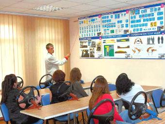 Медведев обязал посещать автошколы для получения прав