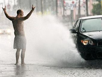 Томским водителям запретят пачкать пешеходов на обочинах