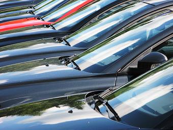 Ослабление курса рубля замедлило падение продаж автомобилей