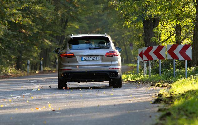 Тест Porsche Cayenne S E-Hybrid, который помогает спасать настоящие суперкары. Фото 4