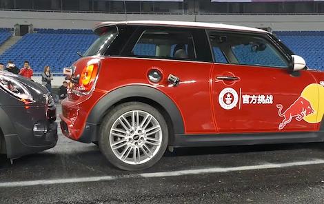 Хэтчбек MINI припарковали в 377-сантиметровый промежуток