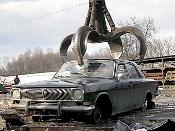 Медведев продлил программу утилизации автохлама