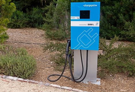 В США компания BMW решила конкурировать с зарядочными станциями Tesla. Фото 1