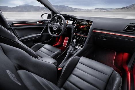 Производитель показал интерьер новых моделей на хот-хэтче Golf R