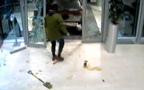 Преступники разбили витрину командной базы универсалом Subaru