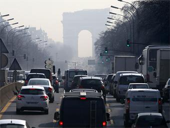 В Париже запретят ездить на старых машинах
