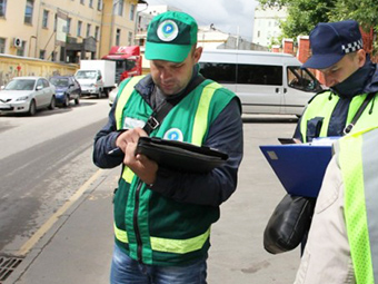 Парковочных инспекторов застрахуют от травм и побоев