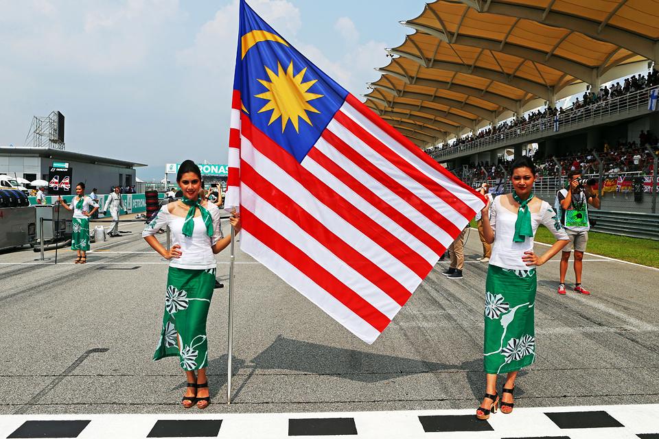 Mercedes AMG в доминирующем стиле  выиграла Гран-при Австралии. Фото 10