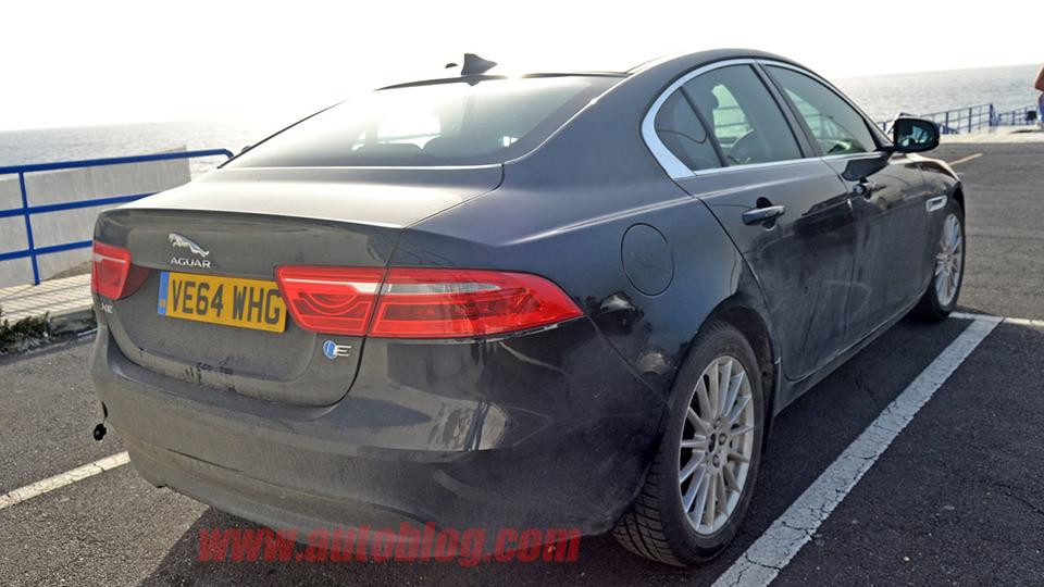 На тестах сфотографировали Jaguar XE с электромотором