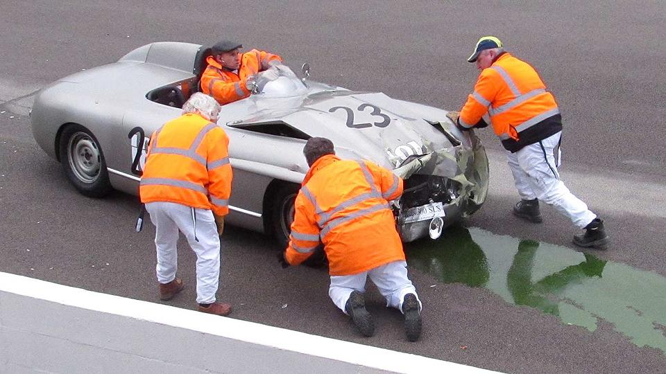 На гонке классических машин произошла авария двух уникальных автомобилей  . Фото 1