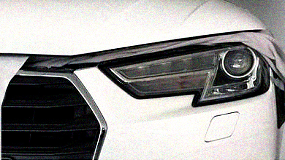 Появились снимки интерьера и фары новой Audi A4