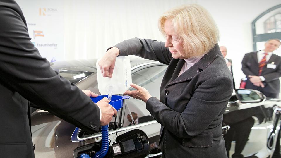 Первые литры эко-дизеля Audi достались немецкому министру науки