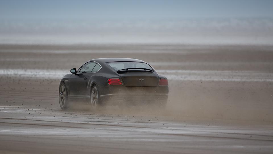 Идрис Эльба разогнался на пляже в Уэльсе до 290 километров в час