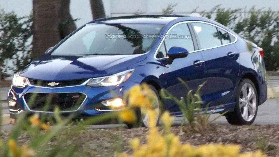 Обновленный Chevrolet Cruze сфотографировали без камуфляжа