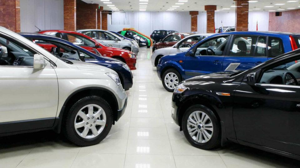 Продажи машин в России упали до рекордно низкой отметки