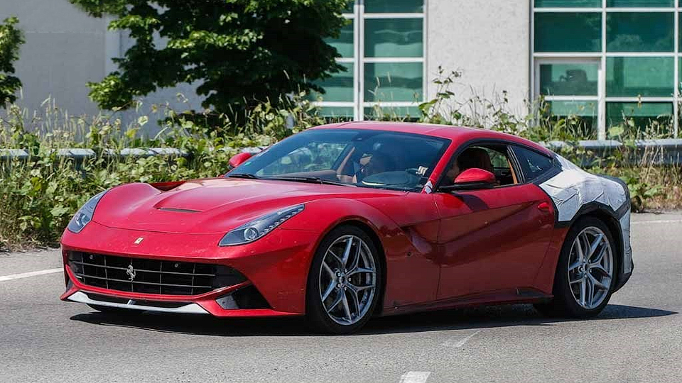 Компания Ferrari начала тесты «заряженного» купе F12berlinetta