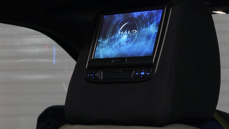 В машину установили игровую систему Xbox. Фото 1