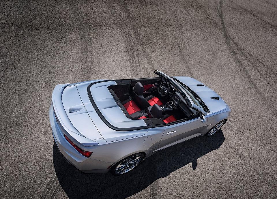 Мягкий верх Camaro убирается на скорости до 48 километров в час