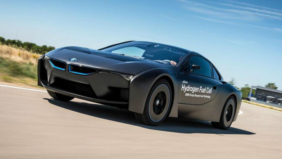Компания BMW показала прототипы водородного хэтчбека и спорткара