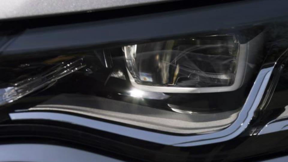 Компания Renault показала фары преемника «Лагуны»