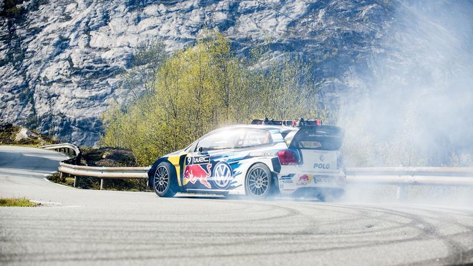 Раллист и горнолыжник спустились по серпантину на гоночном Volkswagen