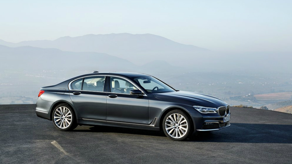Компания BMW назвала рублевую стоимость новой «семерки»