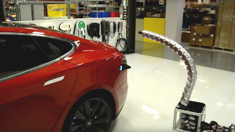 Tesla представила «змеиную» зарядку для электрокаров