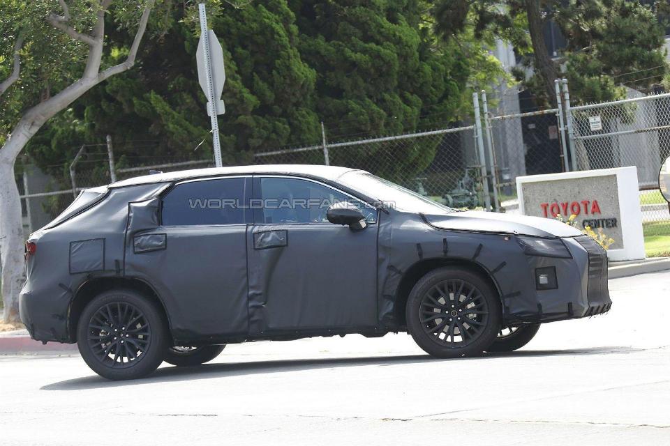 На испытаниях замечена удлиненная версия паркетника RX