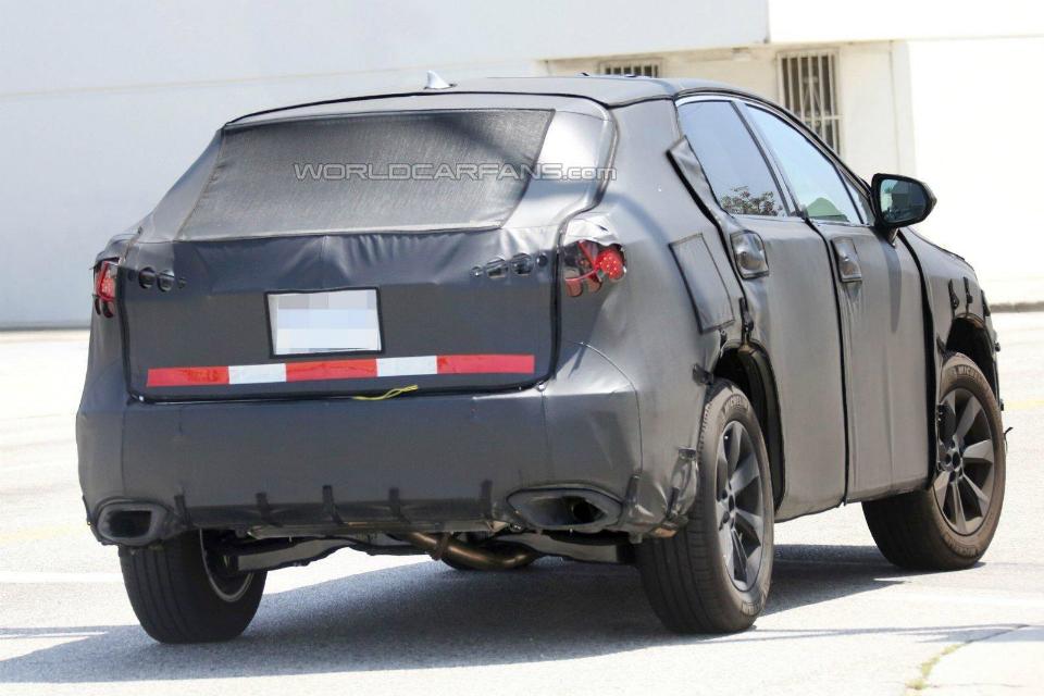 На испытаниях замечена удлиненная версия паркетника RX. Фото 1