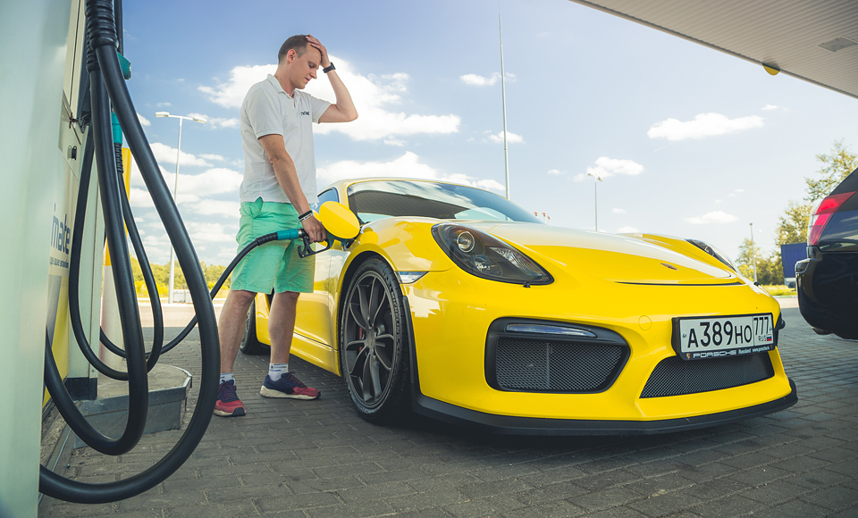 Lada Kalina и ремонт дороги против Porsche Cayman GT4