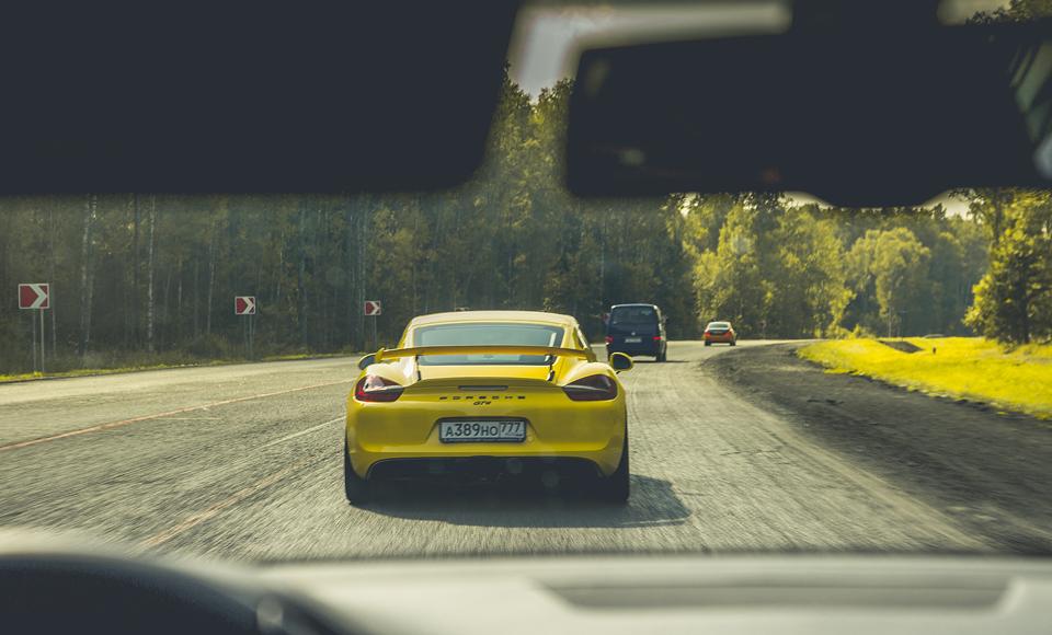 Lada Kalina и ремонт дороги против Porsche Cayman GT4. Фото 4