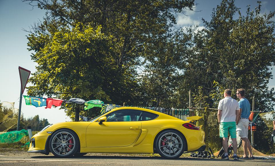 Lada Kalina и ремонт дороги против Porsche Cayman GT4. Фото 6