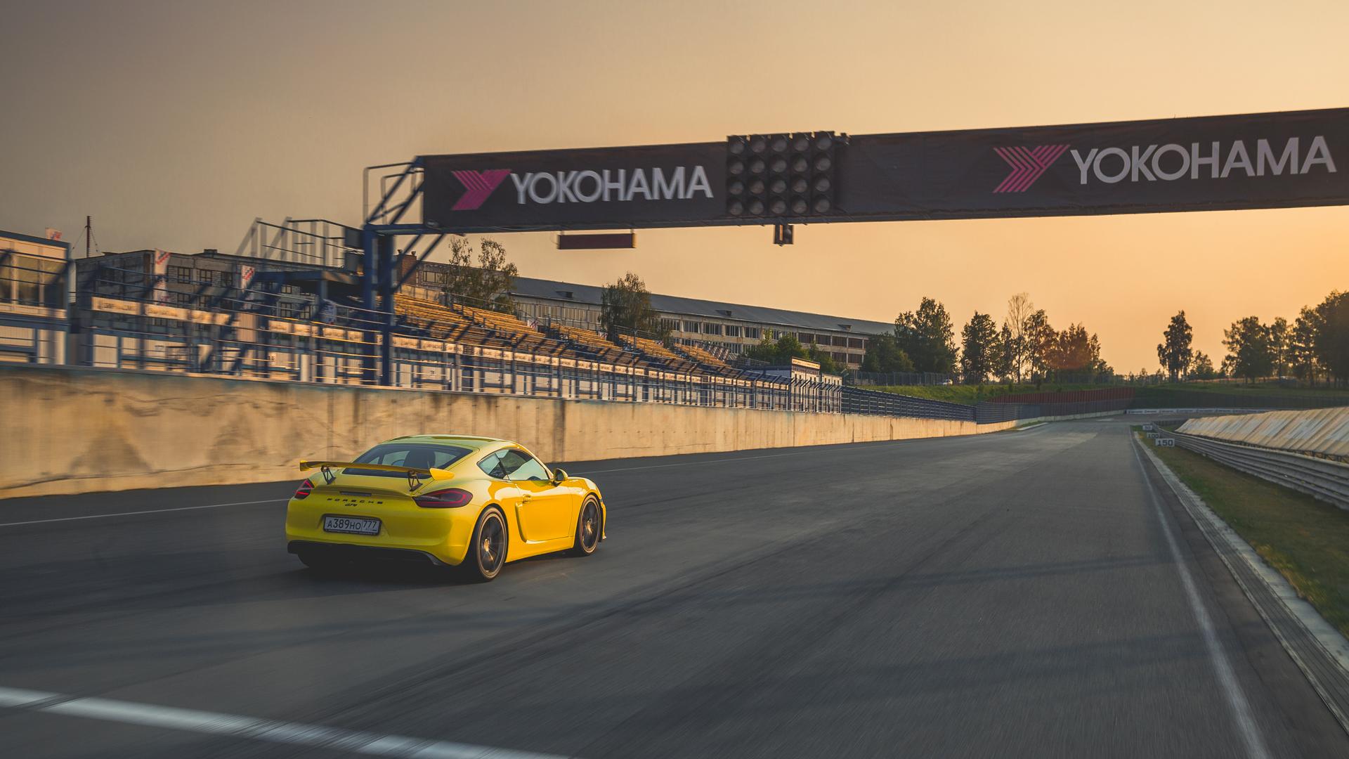 Lada Kalina и ремонт дороги против Porsche Cayman GT4. Фото 12