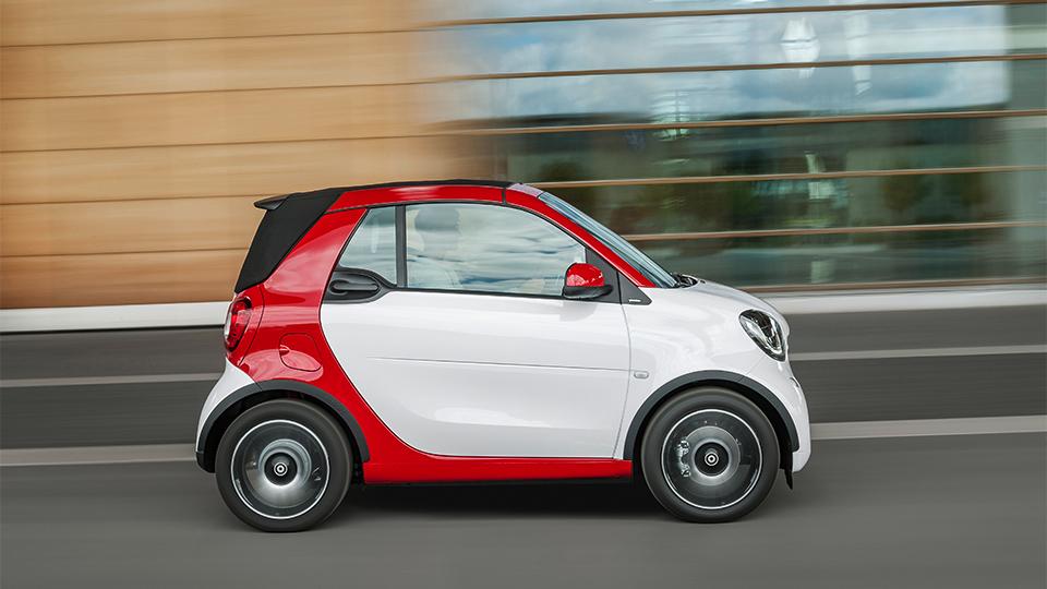 Кабриолет Smart научился опускать крышу на максимальной скорости