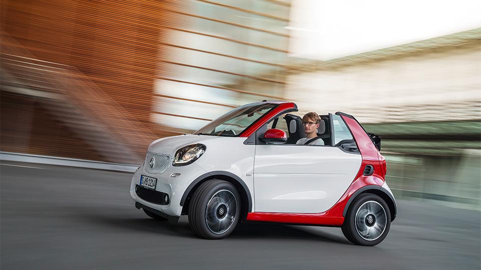 Кабриолет Smart научился опускать крышу на максимальной скорости. Фото 1