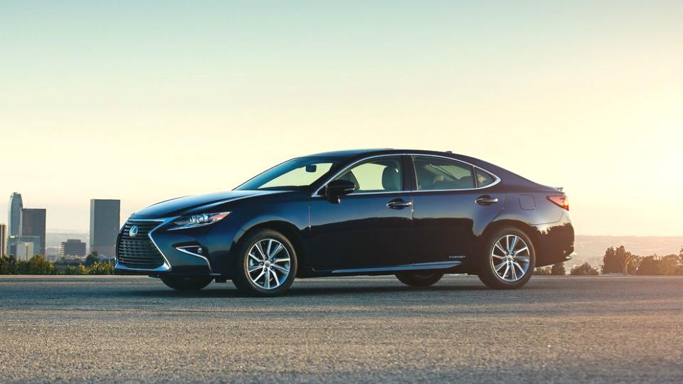 Lexus назвал рублевую стоимость обновленного седана ES