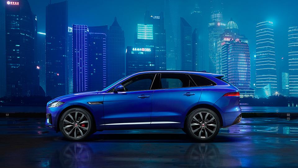 Jaguar показал профиль первого серийного кроссовера
