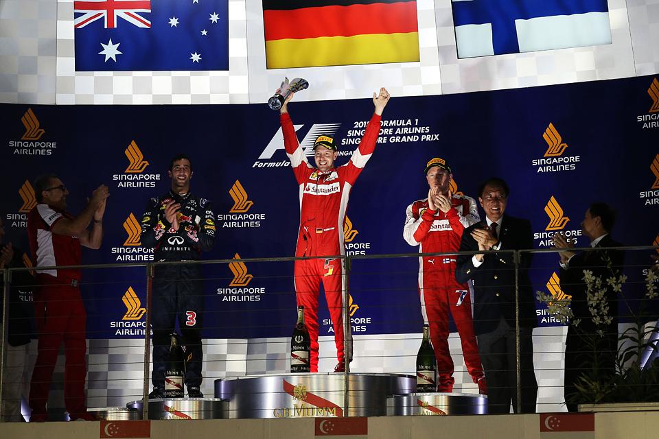 Команда Mercedes оступилась в Сингапуре, позволив легко выиграть Феттелю. Фото 5