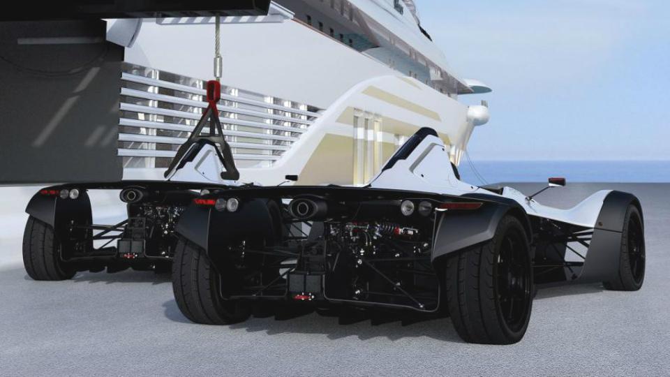 Спорткар приспособили для перевозки на роскошных яхтах