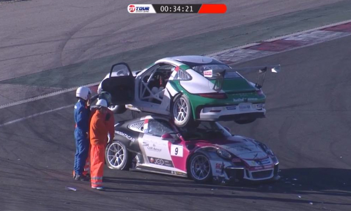 Пилот гоночного Porsche заехал на крышу машины соперника