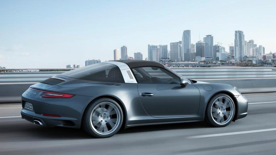 Дебютировали обновленные спорткары Porsche 911 Carrera 4 и Targa 4. Фото 1